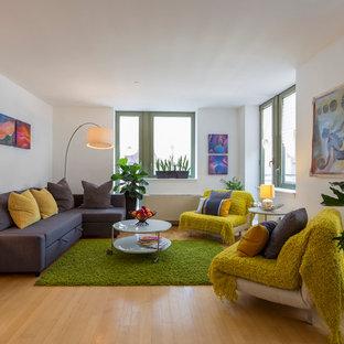 Ispirazione per un soggiorno contemporaneo aperto con sala formale, pareti bianche, pavimento in compensato e nessuna TV