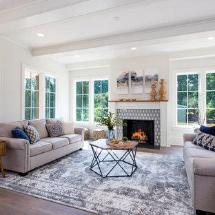 Foto de salón para visitas cerrado, de estilo de casa de campo, con paredes blancas, suelo de madera oscura, chimenea tradicional, marco de chimenea de ladrillo y suelo marrón