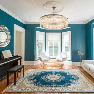 Aménagement d'un salon classique de taille moyenne et fermé avec une salle de musique, un mur bleu, un sol en bois brun, aucune cheminée et aucun téléviseur.