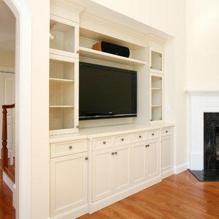 ボストンの中くらいのトラディショナルスタイルのおしゃれなリビング (無垢フローリング、コーナー設置型暖炉、石材の暖炉まわり、埋込式メディアウォール、ベージュの壁) の写真
