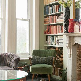 Mittelgroßes, Repräsentatives, Abgetrenntes, Fernseherloses Shabby-Chic-Style Wohnzimmer mit grüner Wandfarbe, gebeiztem Holzboden, Kaminumrandung aus Stein und Kamin in Sussex