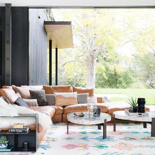 Idéer för funkis vardagsrum, med svarta väggar, bambugolv och vitt golv