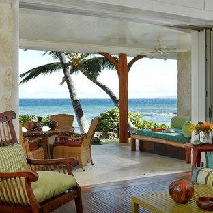 ハワイの中サイズのトロピカルスタイルのおしゃれなリビング (白い壁、無垢フローリング) の写真
