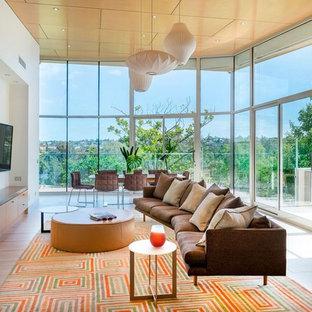 Diseño de salón abierto, vintage, de tamaño medio, sin chimenea, con paredes blancas, televisor colgado en la pared, suelo de baldosas de cerámica y suelo beige
