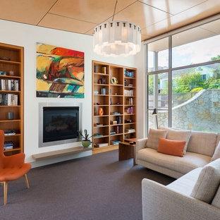 Réalisation d'un salon avec une bibliothèque ou un coin lecture vintage ouvert et de taille moyenne avec moquette, une cheminée standard, un manteau de cheminée en plâtre, un mur blanc, aucun téléviseur et un sol gris.