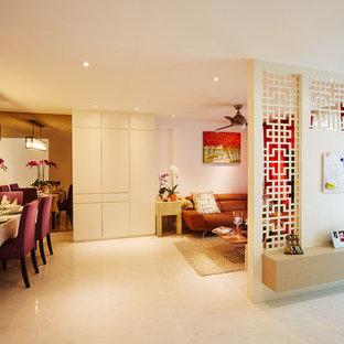 シンガポールの中くらいのアジアンスタイルのおしゃれなリビングのホームバー (ピンクの壁、壁掛け型テレビ) の写真
