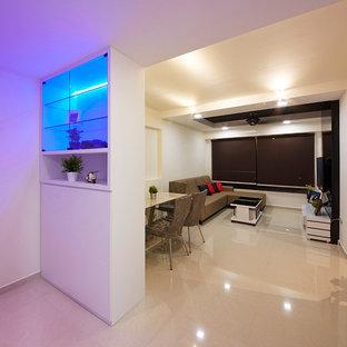 シンガポールの中サイズのシャビーシック調のおしゃれなリビング (白い壁、セラミックタイルの床、壁掛け型テレビ) の写真