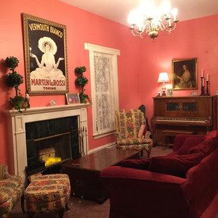 サンフランシスコの大きいヴィクトリアン調のおしゃれなLDK (ピンクの壁、カーペット敷き、標準型暖炉、漆喰の暖炉まわり、テレビなし) の写真