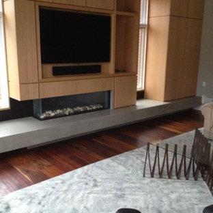 Idéer för att renovera ett stort funkis separat vardagsrum, med beige väggar, en bred öppen spis, en spiselkrans i trä, en inbyggd mediavägg, brunt golv och mörkt trägolv