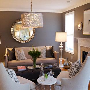 ローリーの中サイズのトラディショナルスタイルのおしゃれなリビング (茶色い壁、無垢フローリング、標準型暖炉) の写真