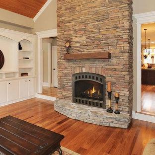 ミネアポリスの小さいトラディショナルスタイルのおしゃれな独立型リビング (ベージュの壁、無垢フローリング、標準型暖炉、石材の暖炉まわり、テレビなし) の写真
