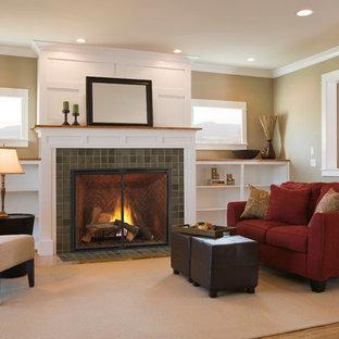 ヒューストンの中くらいのトラディショナルスタイルのおしゃれなLDK (フォーマル、茶色い壁、淡色無垢フローリング、標準型暖炉、タイルの暖炉まわり、テレビなし、ベージュの床) の写真