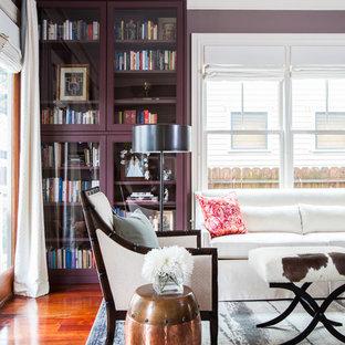 Idee per un soggiorno tradizionale con libreria e pareti viola