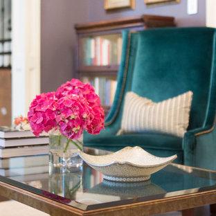Idee per un soggiorno chic di medie dimensioni e chiuso con sala formale, pareti viola, pavimento in cemento, cornice del camino in pietra e camino classico