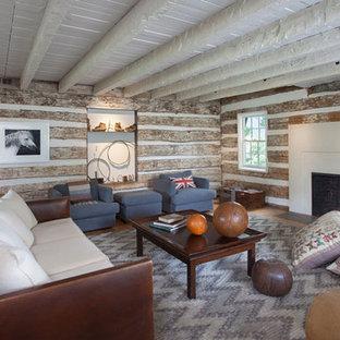 Diseño de salón abierto, moderno, de tamaño medio, con paredes blancas, suelo de madera clara, chimenea tradicional, marco de chimenea de hormigón, televisor colgado en la pared y suelo amarillo
