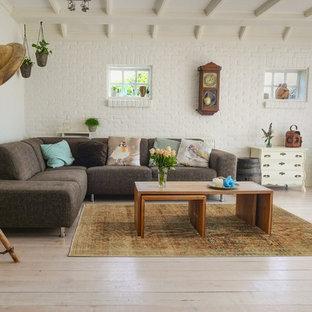 Inspiration för ett mellanstort lantligt separat vardagsrum, med vita väggar, målat trägolv och vitt golv