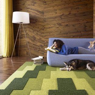 Foto di un soggiorno minimal di medie dimensioni e chiuso con pareti marroni, pavimento in legno massello medio, camino sospeso e nessuna TV