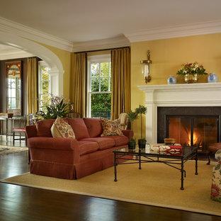Ejemplo de salón para visitas clásico, sin televisor, con paredes amarillas y chimenea tradicional