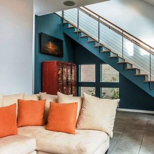 ロサンゼルスの中サイズのサンタフェスタイルのおしゃれなリビング (マルチカラーの壁、コンクリートの床、暖炉なし、テレビなし) の写真