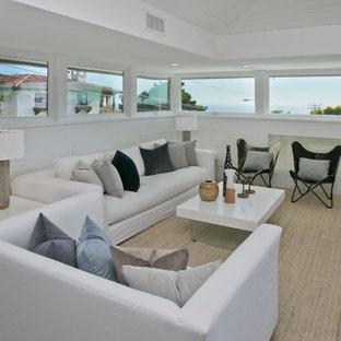 Idée de décoration pour un salon design de taille moyenne et ouvert avec un mur blanc et un sol en ardoise.