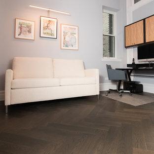 Diseño de salón abierto, asiático, pequeño, con paredes grises, suelo de madera oscura y televisor colgado en la pared