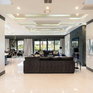 オーランドの巨大なモダンスタイルのおしゃれなLDK (白い壁、磁器タイルの床、標準型暖炉、石材の暖炉まわり、壁掛け型テレビ、白い床) の写真