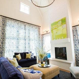 Foto di un soggiorno american style di medie dimensioni e aperto con sala formale, pareti bianche, pavimento in legno massello medio, camino classico, cornice del camino in mattoni e TV a parete