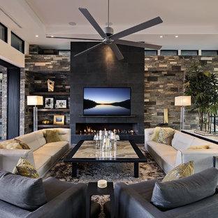 Großes, Offenes Modernes Wohnzimmer mit Porzellan-Bodenfliesen, Gaskamin, Kaminumrandung aus Stein, Wand-TV und weißer Wandfarbe in Phoenix