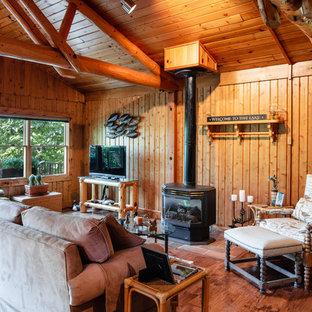 Exemple d'un salon montagne avec un mur marron, un sol en bois brun, une cheminée standard, un téléviseur indépendant et un sol marron.