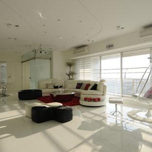 Esempio di un ampio soggiorno minimalista con pareti bianche e pavimento in marmo