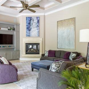 ヒューストンの大きいトランジショナルスタイルのおしゃれなLDK (ベージュの壁、トラバーチンの床、コーナー設置型暖炉、漆喰の暖炉まわり、埋込式メディアウォール) の写真