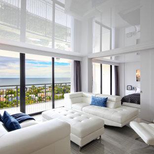 Ejemplo de salón tipo loft y papel pintado, minimalista, grande, con paredes grises, suelo de madera clara, televisor colgado en la pared, suelo gris y papel pintado