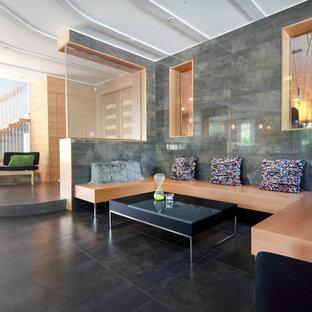 Inspiration för ett stort funkis allrum med öppen planlösning, med ett finrum, grå väggar, klinkergolv i keramik och grått golv