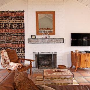 Modelo de salón de estilo americano con paredes blancas, suelo de baldosas de terracota y chimenea tradicional