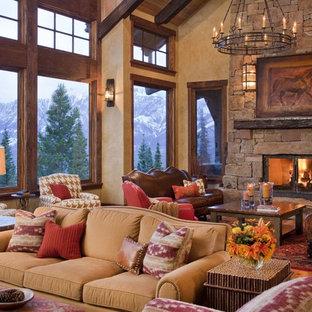Foto på ett stort rustikt vardagsrum, med ett finrum, beige väggar, ljust trägolv, en standard öppen spis, en spiselkrans i sten och brunt golv