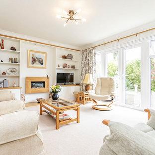 Diseño de salón cerrado, tradicional renovado, de tamaño medio, con paredes blancas, moqueta, marco de chimenea de madera, televisor independiente, chimenea lineal y suelo blanco