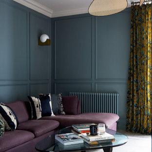 Mittelgroßes, Abgetrenntes Klassisches Wohnzimmer mit grüner Wandfarbe, Keramikboden, Kaminofen, Kaminumrandung aus Stein, Multimediawand, beigem Boden und Wandpaneelen in London