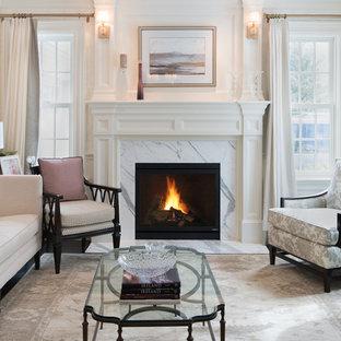 Diseño de salón para visitas cerrado, romántico, de tamaño medio, sin televisor, con paredes blancas, suelo de madera oscura, chimenea tradicional, marco de chimenea de piedra y suelo negro