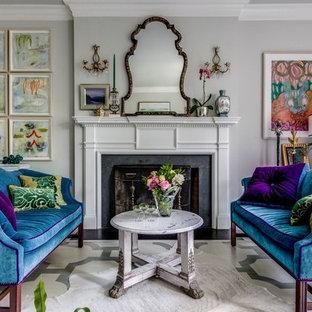 Idee per un soggiorno eclettico con sala formale, pareti grigie, pavimento in legno verniciato, camino classico, cornice del camino in pietra e pavimento multicolore