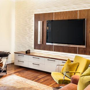 Modernes Wohnzimmer mit weißer Wandfarbe, dunklem Holzboden und Wand-TV in Houston