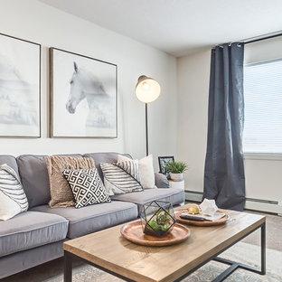 Kleines, Repräsentatives, Offenes Nordisches Wohnzimmer ohne Kamin mit weißer Wandfarbe, Teppichboden, freistehendem TV und beigem Boden in Calgary