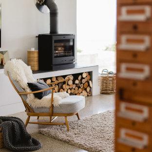 他の地域の大きいコンテンポラリースタイルのおしゃれなLDK (白い壁、コンクリートの床、薪ストーブ、壁掛け型テレビ) の写真