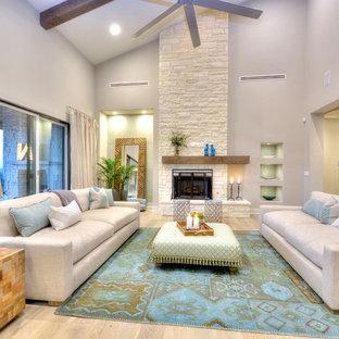 Immagine di un soggiorno design con pareti beige, parquet chiaro, camino classico e cornice del camino in pietra