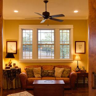 Immagine di un soggiorno stile americano di medie dimensioni e chiuso con pareti beige, pavimento in legno massello medio, nessun camino e pavimento marrone