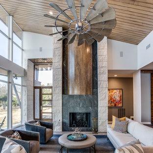 Неиссякаемый источник вдохновения для домашнего уюта: парадная, открытая гостиная комната среднего размера в современном стиле с горизонтальным камином, белыми стенами и фасадом камина из плитки без ТВ