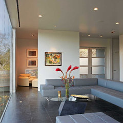 modern living room by Steinbomer, Bramwell & Vrazel Architects