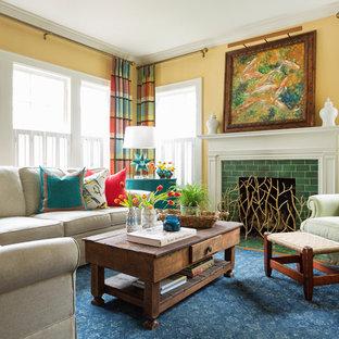 Mittelgroßes, Abgetrenntes Stilmix Wohnzimmer mit gelber Wandfarbe, gefliester Kaminumrandung, braunem Holzboden, Kamin und braunem Boden in Little Rock