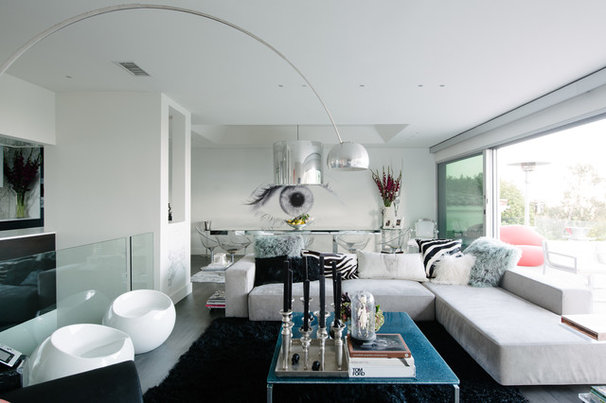 Contemporary Living Room by NEW THEME Inc.