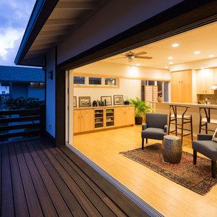 ハワイの中サイズのアジアンスタイルのおしゃれなLDK (竹フローリング) の写真