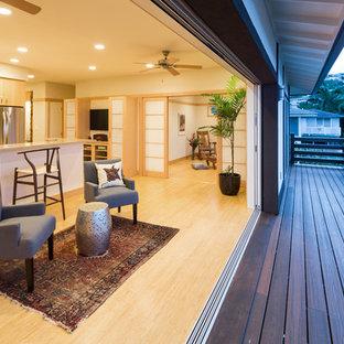 Ejemplo de salón para visitas abierto, de estilo zen, pequeño, sin chimenea y televisor, con paredes beige y suelo de madera clara